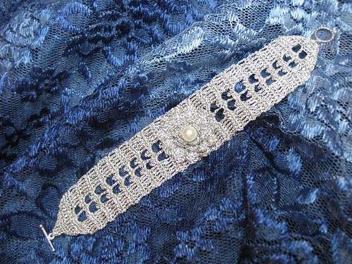 Háčkovaný náramek s kytkou - lesklý stříbrný