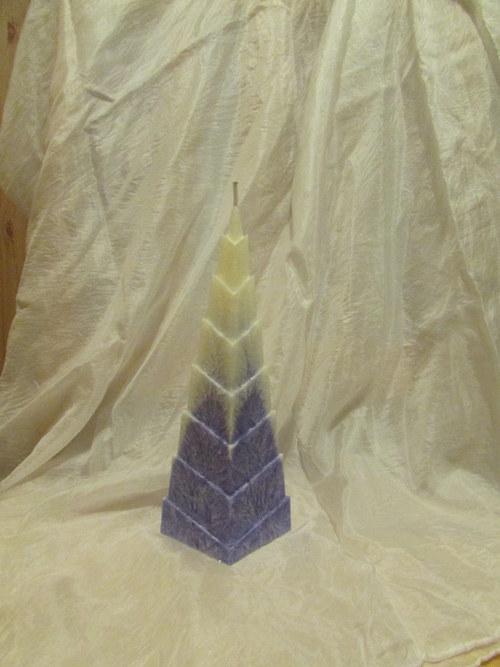 Zasněžená fialová pyramida