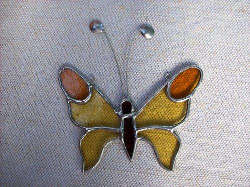 žlutý motýl s oranžovými očky