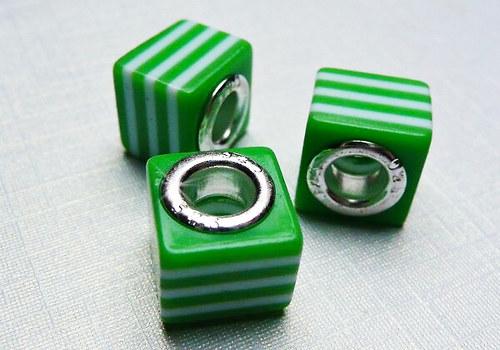Korálek se šir. průtahem kostka - zelená / 1 ks