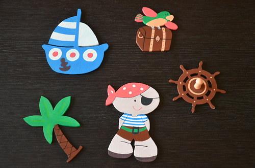 Dřevěná dekorace k písmenkům-pirát,loďka,truhla...