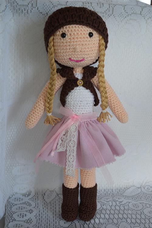 Háčkovaná copatá panenka v sukýnce