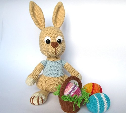 Háčkovaný zajíc s kraslicemi a košíčkem
