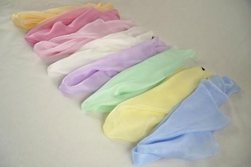 Světlý jednobarevný hedvábný šátek