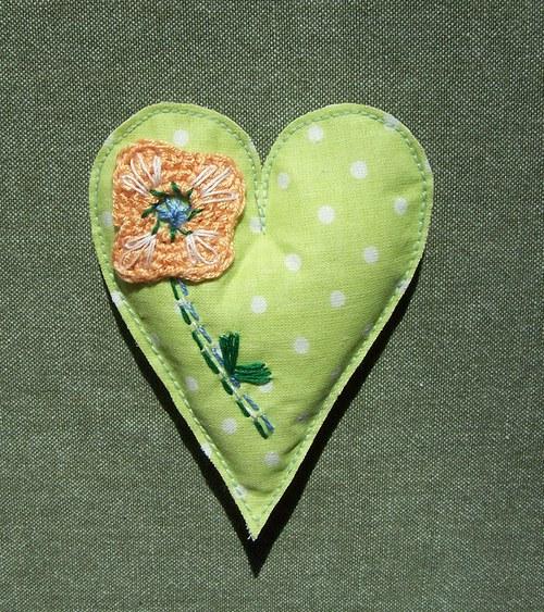 Srdíčko zelené s háčkovanou kytičkou