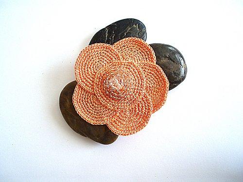 Háčkovaná květina meruňková