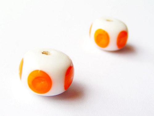 Bílý donut s oranžovými oky ((V154))