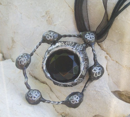 cínovaný šperk věneček kytiček