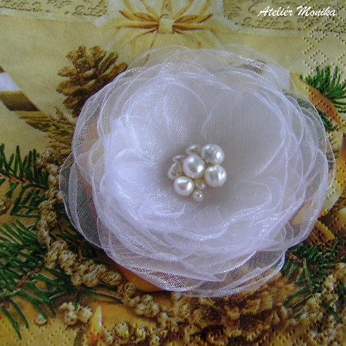 Sněhově bílý květ