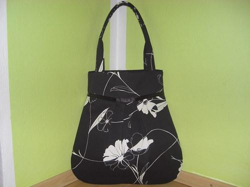 Béžový kvet v čiernom