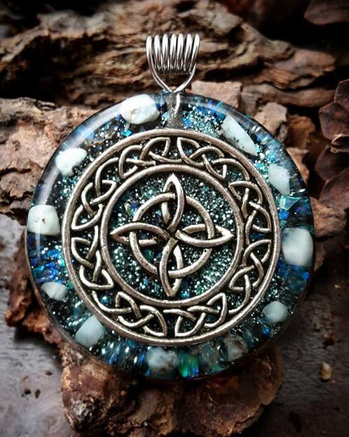 Orgonitový šperk - Keltský uzel s Larimarem