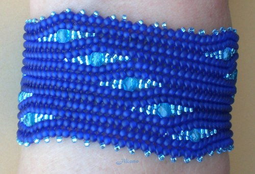 Modrý náramek šitý z korálků