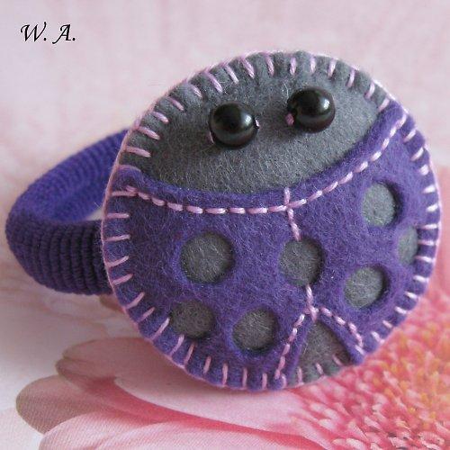 Beruška ve fialovém převleku,gumička do vlasů