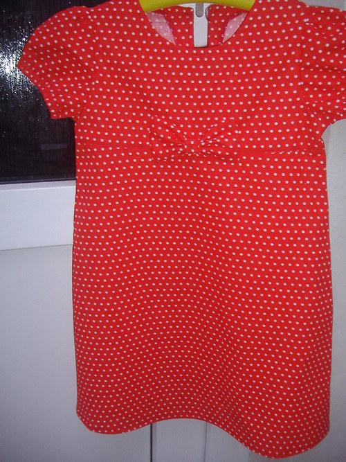 Dívčí červené puntíkaté šatičky s mašlí
