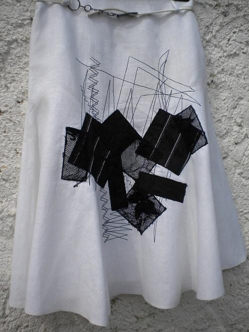 Lněná letní sukně s aplikací v černé barvě