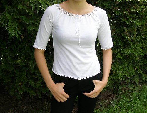 tričko s háčkovanými lemy