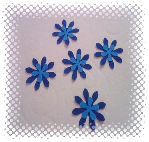 Modré vrstvené kytičky