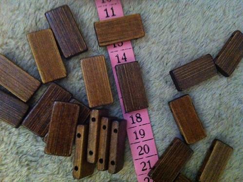 dřevěné obdélníčky s dírkama - 50 ks
