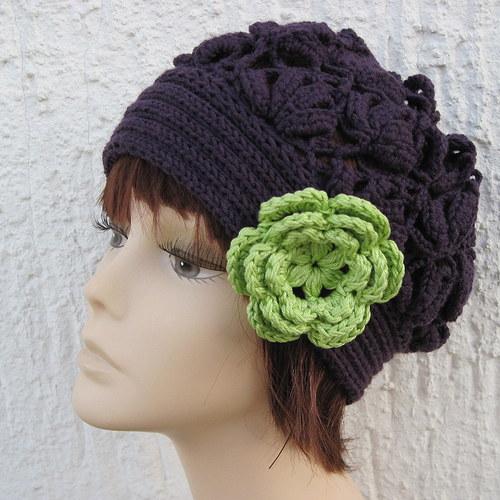 Tmavofialová čepice s květem
