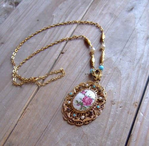 Filigránový náhrdelník s porcelánovým kabošonem