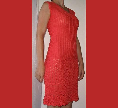 korálově červené šaty