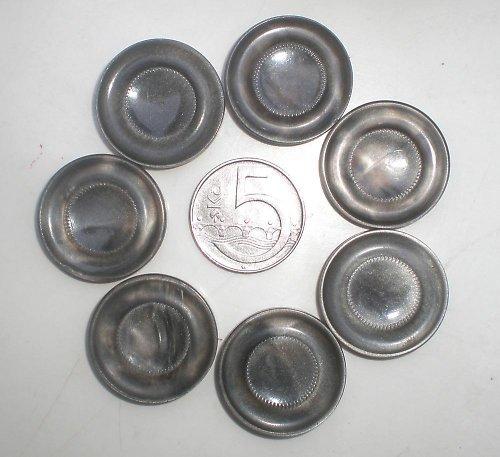 7 třpytivých stříbrných knoflíků