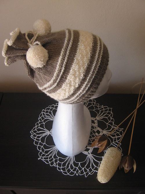 Pletená čepice s bambulkami