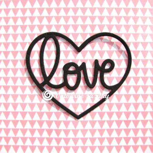 Nápis LOVE ve velkém srdci