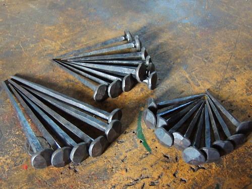 Kovaný hřebík délky do 5 cm.
