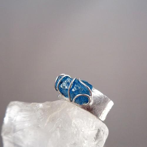 Z mořské hlubiny - prsten se surovým apatitem