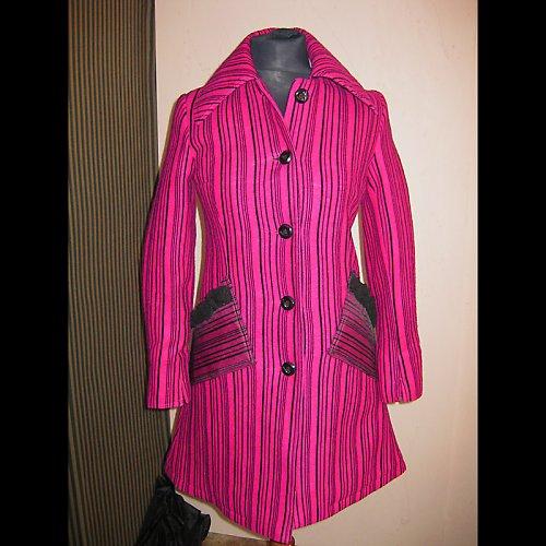 Zimní vlněný kabát růžovofialový s černými pruhy