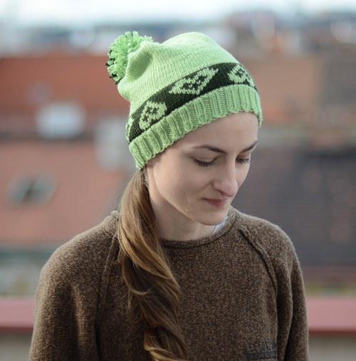 zelená čiapka so srdiečkami