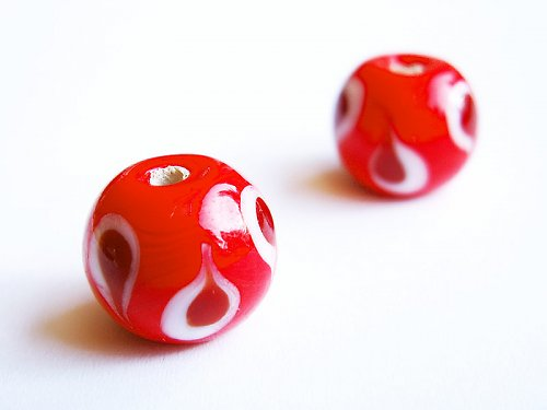 Oranžová kulička s červenobíl. kapkami ((V102))