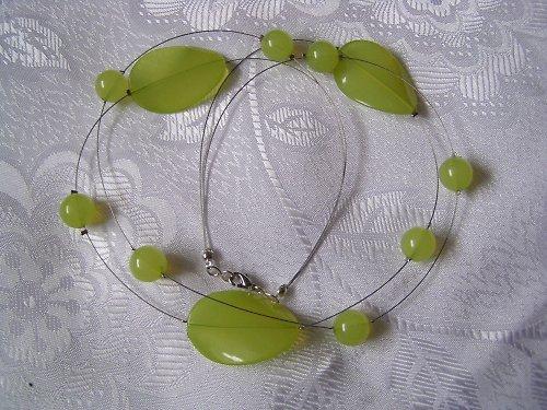 Zelenkavý náhrdelník.