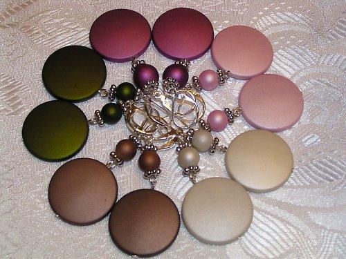 Náušnice v mnoha barvách.