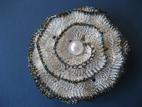 Háčkovaná brož- kytka- stříbrná s melír.okrajem