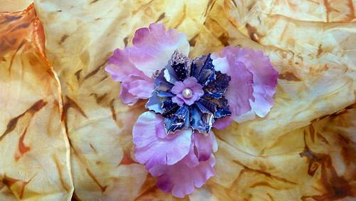 Kosatec s fialovou kytičkou