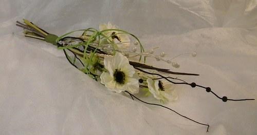 Kytička z umělých květů a sušiny