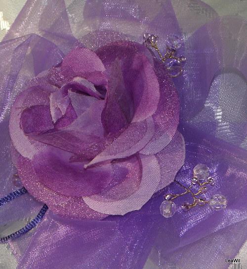 Fialová s růží do vlasů