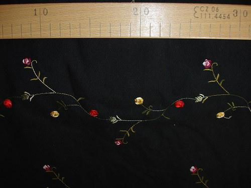 černá bavlna s výšivkou