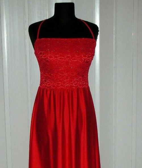 Jasně červené dlouhé šaty s krajkou