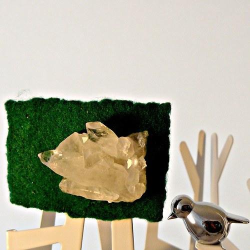 Křišťálové krystaly v trávě