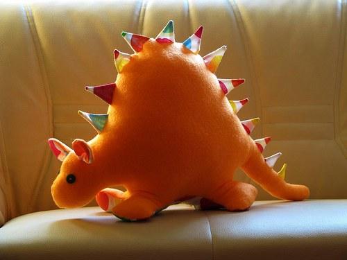 Dinoušák oranžový