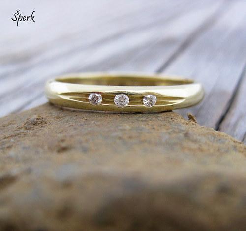 Zlatý prsten s brilianty.....................