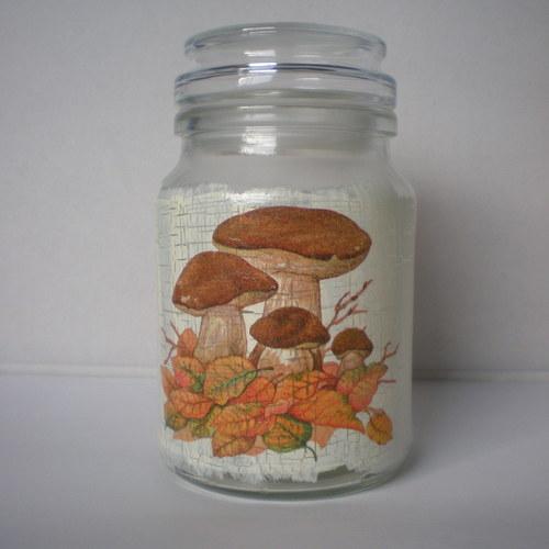 Skleněná dóza s houbami v listí