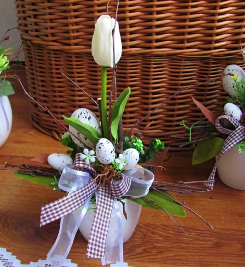 Malá jarní dekorace s tulipánem