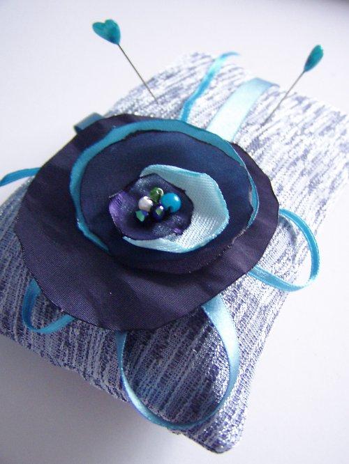 modro tyrkysový polštářek pod prstýnky s růží