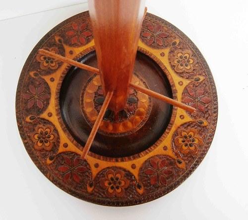 Dřevěný stojan na šperky se dřevěným talířem