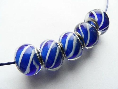 Vinutá perla - středně modrá s bílými proužky