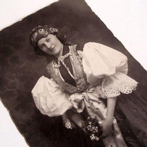 KROJOVANÉ DĚVČE - pohlednice č. 1483